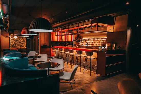 Перший зал - вид на бар