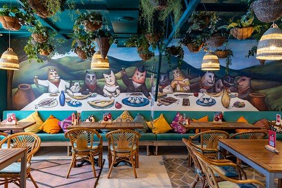 В одном из залов кафе огромное панно с котами в стиле Нико Пиросмани.