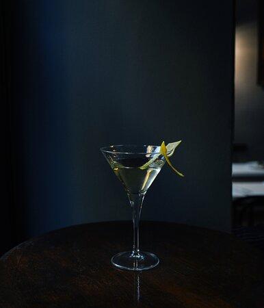 Dirty Martini: vodka, vermouth dry e salamoia di olive.