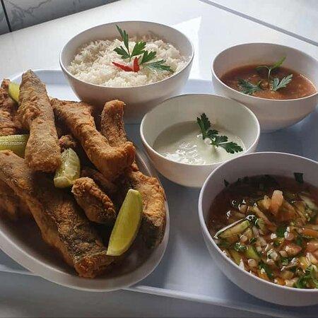 Rochedo, MS: Porção completa ( serve duas pessoas) Costelinha de pacu, arroz, pirão, vinagrete, molho