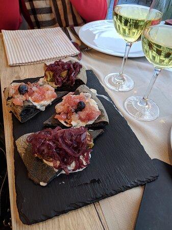tartare di mare, tataki di tonno con pistacchi e cipolle caramellate