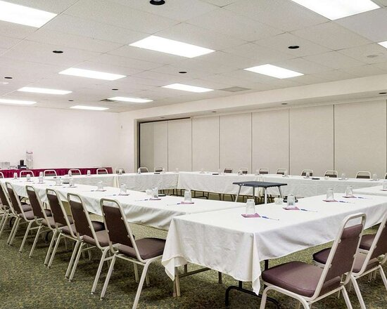 Meeting room with u-shaped setup
