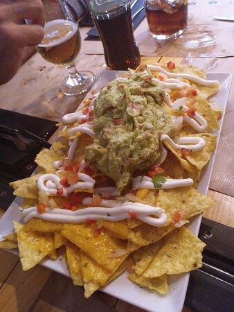 Nachos  Tortilla 100% de maíz con crema de queso, nata agria, pico de gallo y guacamole. 1/2 7,20€ - 11,60€