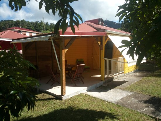 Guadeloupe: Zorkidé Jôn profite d'une exposition aux alizés qui lui procure une fraîcheur très agréable, d'une grande terrasse avec sa vue imprenable sur le jardin.
