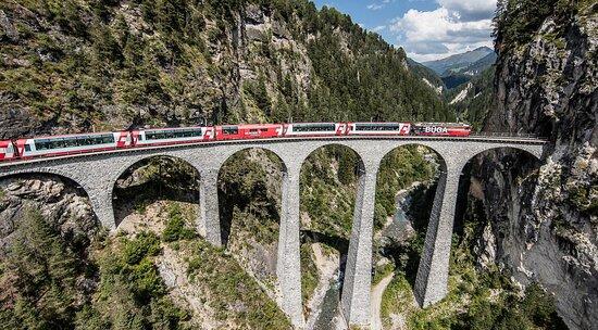 Train des Chemins de fer rhétiques (RhB) sur le viaduc de Landwasser à côté de Filisur
