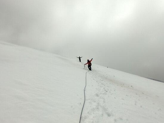 Osorno Volcano.: Cuando íbamos subiendo el volcán se escondió en las nubes, fue un largo trazo en que solo veíamos neblina, hasta que ubo un claro, miramos hacia atrás y nos dejo apreciar la increíble vista que tiene en sus faldas y horizonte. Quedamos en un modo WOW, pegados en la belleza incomparable del sur de Chile.