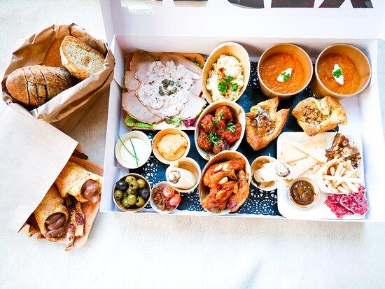 Bellingwolde, เนเธอร์แลนด์: Sinds het restaurant dicht is, zijn we begonnen met een bezorg en afhaal service! Op de afbeelding is de 2 persoons Tapasbox te zien! Voor meer info, neem gerust contact met ons op!