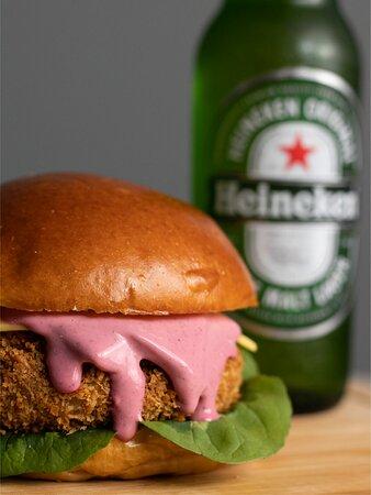 Hermoso Pink VEG - vegetariano que combina pão, hambúrguer de cogumelos, queijo prato, maionese pink e rúcula.