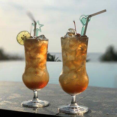 Ein Hauch von Luxus – Cocktails schlürfen im Infinity Rooftop-Pool zum Sonnenuntergang!