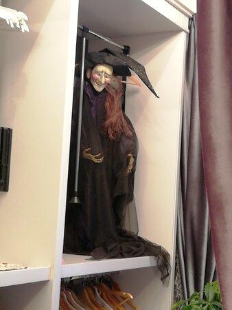это он встретил нас в гардеробной