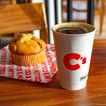 ¿Estás de prisa? Deléita tu mañana con nuestro café del día y un muffin de blueberry para acompañar el camino