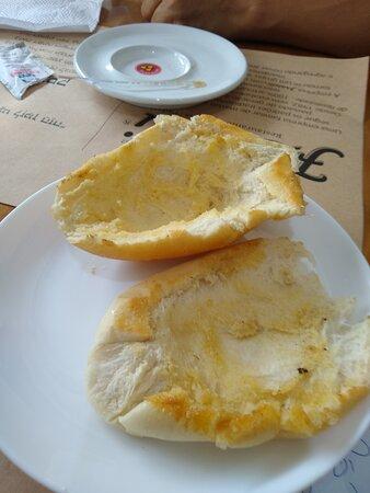 Pão na chapa frio, seco e feito de qualquer jeito!