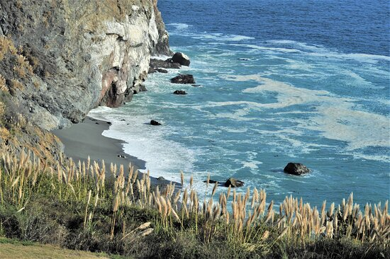 Vista a nord di Santa Barbara lungo la costa californiana sul Pacifico - USA.  Cliccare sulla foto per vederla come scattata.