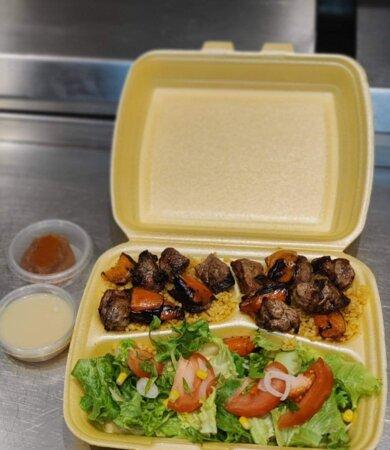 Assiette brochettes d'agneau, bien cuites à la demande du client   Nos plats sont également disponibles à emporter ou en livraison sur Albertville