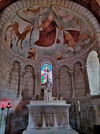 Une église romane du 12ème siècle, un superbe portail encadré de deux arcades aveugles, une façade typique du Poitou, des décors peints en bel état du 14ème et 15ème siècles, ou fin 12ème siècle selon les sources. Bien mise en valeur sur la place, elle est accessible.