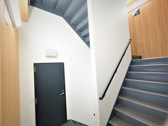 ホテル内の階段 エレベーター内の密集を避けるため、健康のため、ぜひご利用くださいませ。