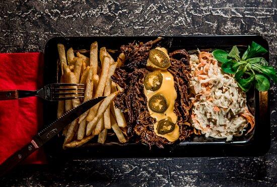 Pulled Beef Tál 12órán keresztül akácfán füstölt igazi pulled beef marha hús, frissen sült hasábburgonya; cheaddar sajtszósszal nyakon öntve, a tetején Jalapeno paprika és amerikai káposzta saláta.