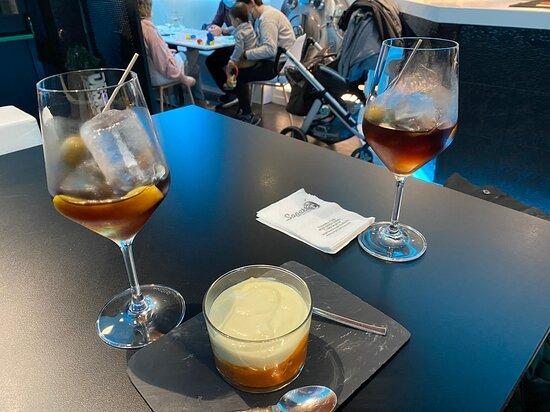 Ermua, Spanien: Vermuts y pintxo de yogur de callos de bacalao