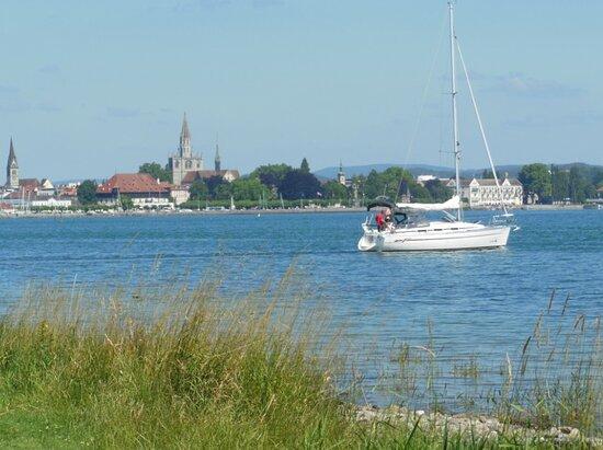 Aussichtspunkt mit Parkbank Konstanz und Bodensee