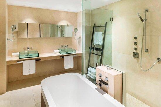 International Suite - Bathroom