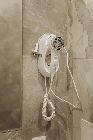 В каждой душевой комнате есть фен, три полотенца на каждого гостя.