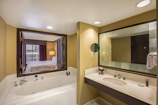 Jacuzzi Suite - Bathroom