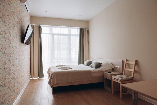 Номер прованс площадью 22,5 кв.м. с большим просторным балконом. Номер подходит для пар. А также его часто выбирают молодожены. Просторный балкон и панорамные окна изюминка этого номера.
