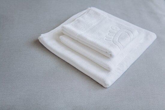 В отель Мореон не нужно брать с собой полотенца, мы выдаем по три  на каждого гостя.