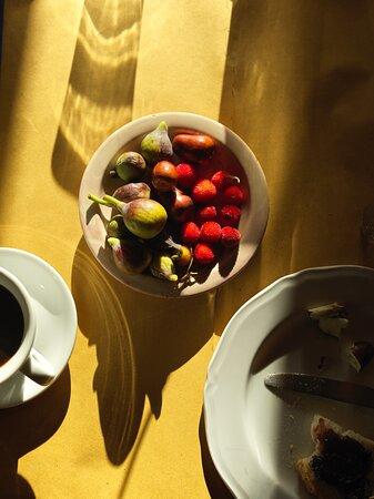Force, Italia: Fresh fruit at breakfast from the garden