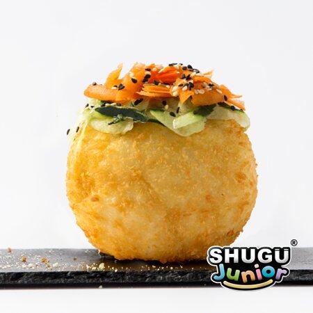 Mini Pelota de Arroz empanizada, rellena de aguacate, queso crema y palomitas de pollo. decorada con pepino, zanahoria y ajonjolí. Precio: $65 pesos