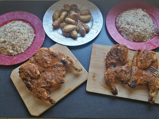Gresy-sur-Aix, France: Menu familial 40 € (6/8 personnes)  Deux poulets braisés en crapaudine, avec leurs sauces magiques. Deux portions de riz pillaf, une portion de pomme de terre grenaille et une boisson 1,5 litre.