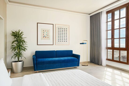 King Deluxe Guest Room - Partial Sea View