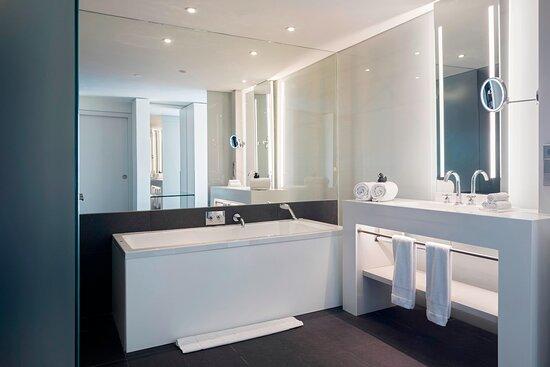 Studio Suite Bathroom - Tub