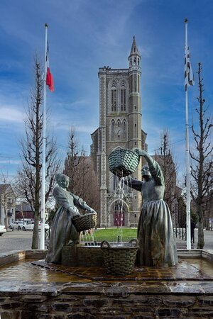 Monument magnifique mettant en scène un travail d'antan des laveuses d'huîtres.