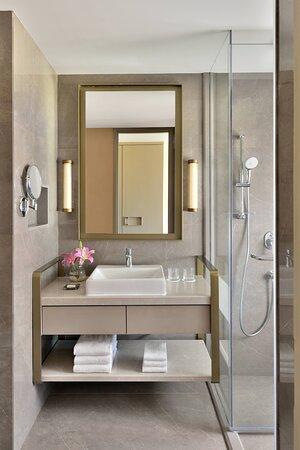 Club King Guest Room - Bathroom