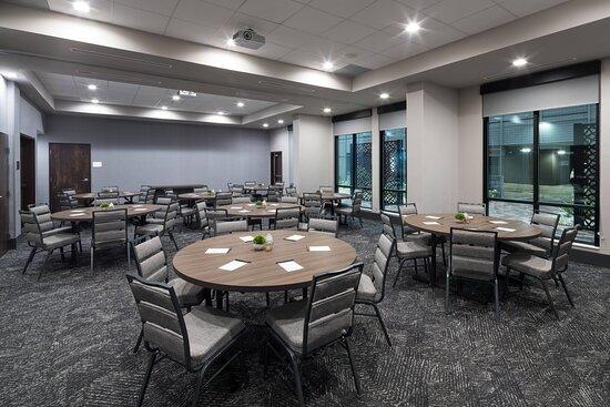 Colonial Meeting Room - Banquet Setup
