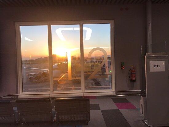 Sky Express: πετουσα απο τα  Χανιά μέσω Αθηνών προς Θεσσαλονίκη , δύο μέρες πριν την πτήση , με ειδοποίησαν ότι ακυρώνεται η πτήση επιστροφής μου και μου δώσανε εισιτιριο  μία μέρα νωρίτερα , Πάλι καλά !!!!Τέλος πάντων φτάνοντας στο αεροδρόμιο των Αθηνών Έπρεπε να είχα αναμονή μιάμιση ώρα για να ταξιδέψω προς Θεσσαλονίκη , και φτάνοντας μου λένε ότι δεν υπάρχει τέτοια πτήση , και ότι πτήση θα πραγματοποιηθεί Μετά από δέκα ολόκληρες ώρες!!!!!  δεν μου ζήτησαν