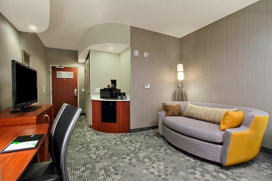Executive Queen/ Queen Suite – Living Area
