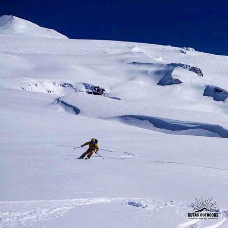 Descenso en esquí por los pies del Volcán Villarrica, escríbenos para mas información!!