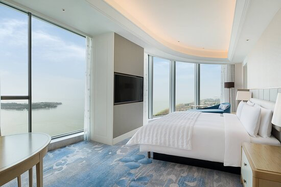 King Chic Guest Room