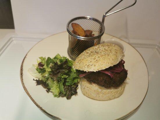 Burger til lunsj ? Nydelig burger med coleslow og syltet rødløk