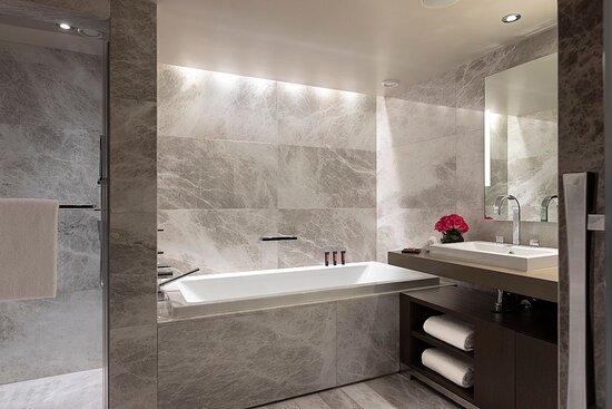 Mandarin Junior Suite bathroom