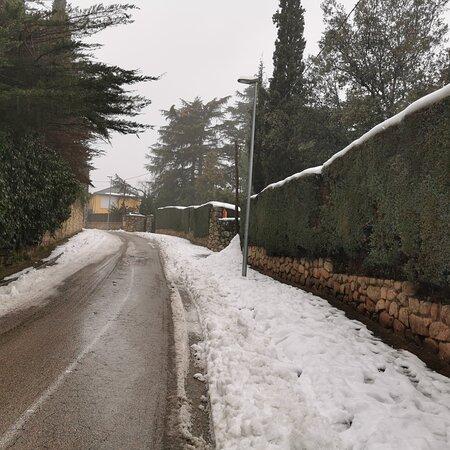 Galapagar, Spain: Doce días después del paso de Filomena, la lluvia cae sobre la nieve amontonada.