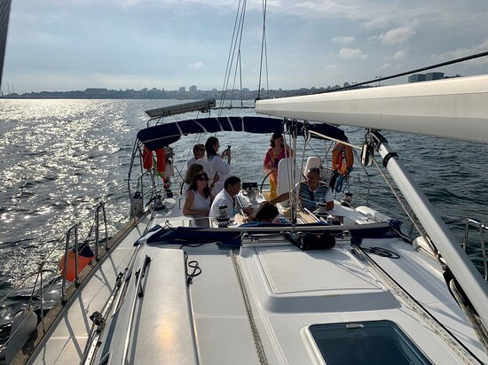Festa de aniversário a bordo. Alugue o seu veleiro em Cascais, Lisboa, ou Algarve