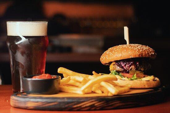 Всім вартує спробувати наш бургер і пиво ;)