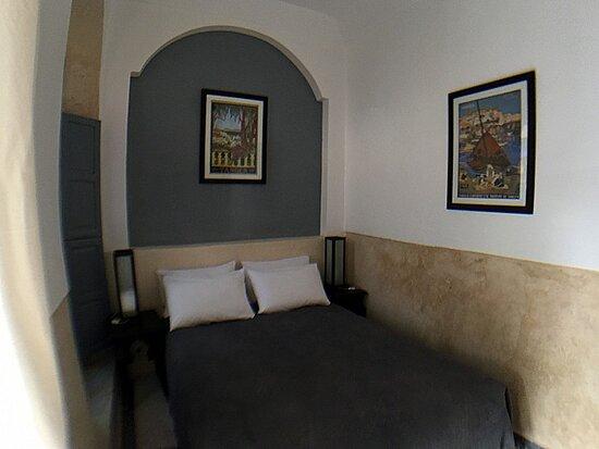 Riad Bel Haj Tanger est une chambre double située au rez-de-chaussée dispose d'un lit de 140 cm et donne sur le patio et la piscine. La salle d'eau avec toilettes attenante est entièrement constituée de tadelakt traditionnel beige. La chambre dispose d'air conditionné réversible et d'un coffre-fort individuel.