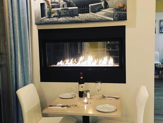 Lantzville, Canada: Fireplace is the favourite table
