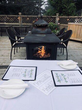 Lantzville, Canada: Fireside dinner on the patio