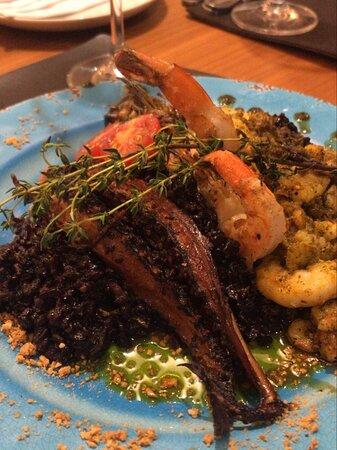 Linda apresentação do prato ✨ Arroz negro com polvo e camarão 😋 preço dos vinhos e pratos moderados.