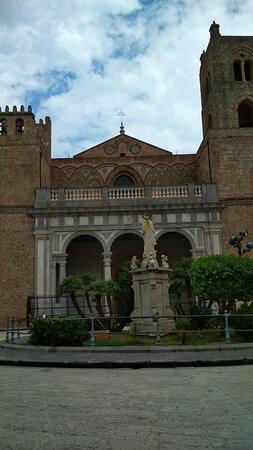 Piazza Guglielmo II al centro statua della Madonna